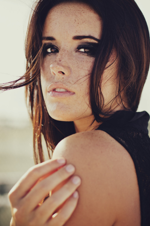thebrunetteprep:  Freckles and brown hair <3