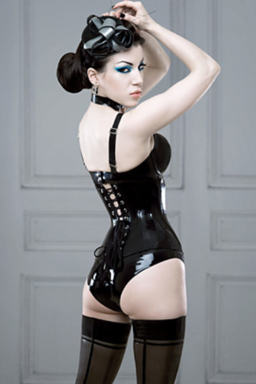 biggerharderfaster:  awesome corset, makeup and outfit! #justfuckingsexy #corset #photo