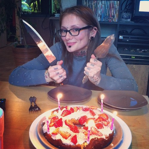 the gorgeous anna and a lovely cake!!!   freemindfreebody:  wildathead:  Danku Anna!  i bake ze cake for ze Snurr!