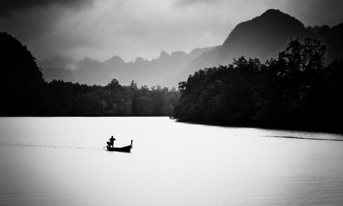 Long-tailed boat by Nuang Sangkhsri
