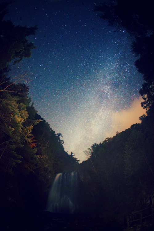 hellanne:  Milky Way waterfall (by masahiro miyasaka)