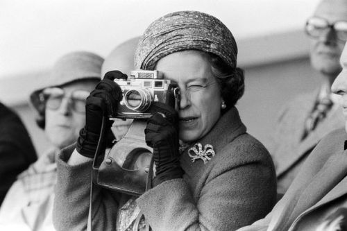 celebritycameraclub:  HM Queen Elizabeth with her Leica m3.  Copyright © Mirror-Photo 2009