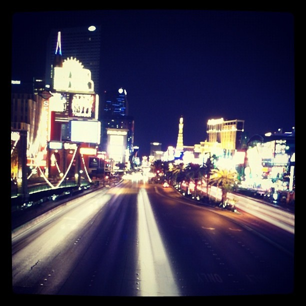 The Vegas strip at night. #street #strip #vegas #vegasstrip #vacation #slowshutter #night (Taken with Instagram at New York-New York Hotel & Casino)