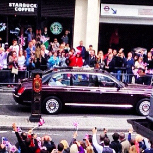 A glimpse of the queen today.. Diamond jubilee.. #photooftheday #picoftheday #igph #iguk #instamillion #igaddict #london #england #diamondjubilee (Taken with instagram)