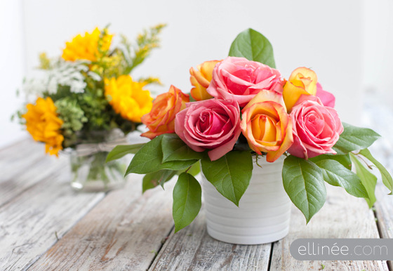 Easy DIY Flower Arrangements | Ellinee Though I can't afford to get gorgeous, florist arranged flowers delivered to my house every week (sigh. One day…) I occasionally like to buy myself a bunch from the supermarket. But supermarket flowers look so… supermarkety. If that's not already a word then I claim it. Anyway, I usually try to be a florist and arrange them but they always end up flopping over. This is a fantastic way to arrange your flowers using tape in a criss-cross pattern. This helps them to not only look amazing but to keep them from wilting over the side of the vase, encouraging wily cats to bat at them!