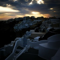 #oia  #santorini  #sunset  #sunbeams #travel  #socialtravel  #clubsocial  #picoftheday  #photooftheday  #instagramhub  #instamood  #followme  (Taken with instagram)
