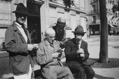 Max Jacob reads. With, from left to right: Amedeo Modigliani, André Salmon and Manuel Ortiz de Zarate.