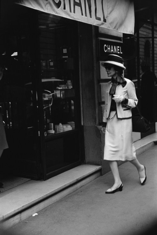 Mademoiselle Chanel in front of the boutique 31 rue Cambon. © Chanel