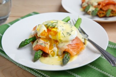 foodopia:  smoked salmon eggs benedict with asparagus: recipe here  :O