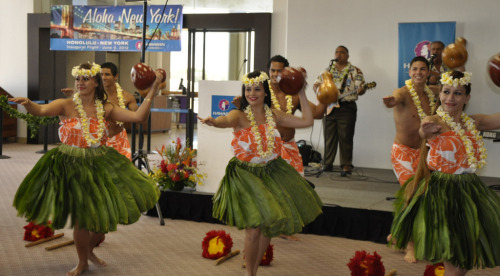 Hula Dancing at the Gate! (von Hawaiian Airlines) for inaugural flight Honolulu to New York