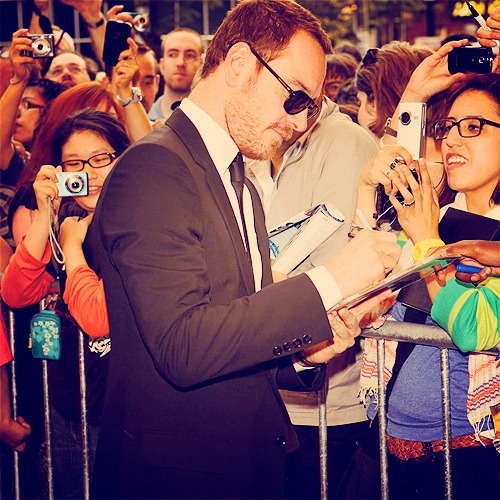 32/100 pictures of Michael Fassbender (⊗)