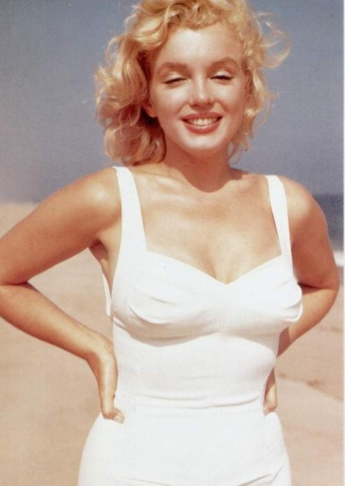 thebeautyofmarilyn:  Marilyn photographed by Sam Shaw, 1958  Is someone trying to appeal to what I like? lol I joke! but seriously! Marilyn Monroe! :)