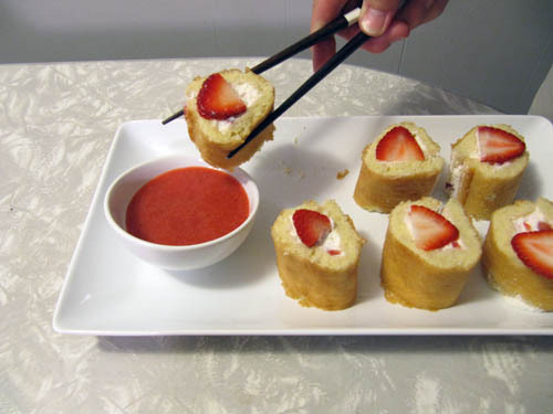 thecakebar:  Strawberry Shortcake Sushi Strawberry Coulis