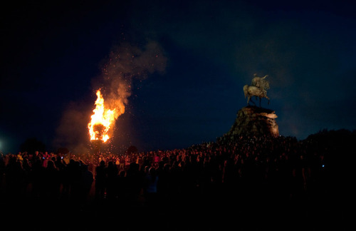 politics-war:  Crowds watch as a Jubilee Beacon is lit at the Long Walk in Windsor, southern England, on June 4, 2012. Photo: Kieran Doherty