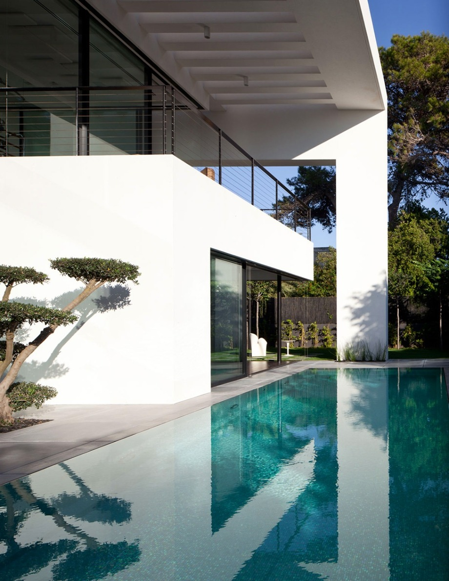 the-design-nerd:  Exterior of a contemporary mansion by Pitsou Kedem Architects; more photos here