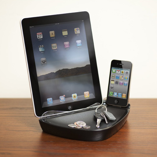Griffin GC23126 PowerDock Dual for iPad, iPod and iPhone  Technical Details: 10 watt (2.1 amp) charging for your iPad . 5 watt (1.0 amp) charging for your iPhone or iPod . Valet dish for your change and keys . Unobstructed sound path for the speakers of your iPad . AC power supply with 4 international plug adapters included.  (vía Amazon)