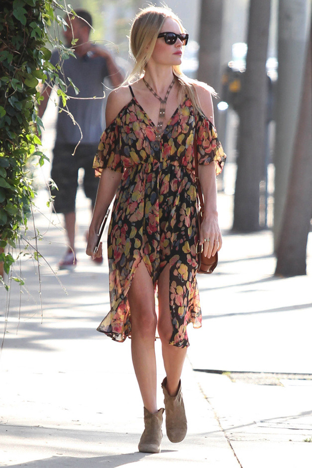 ivsmanifiesto:  Kate Bosworth in a TopShop dress, Isabel Marant boots, Tom Ford sunnies and an Ipad as an accessorie.