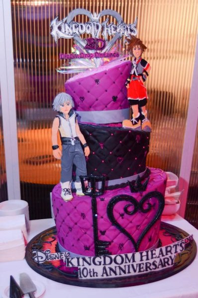 8flurryofdancingflames8:  A cake for the 10th Anniversary! OMG, I want it!