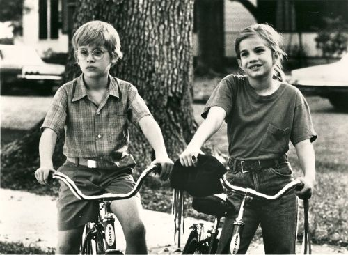 ridesabike:  Macaulay Culkin and Anna Chlumsky ride bikes.
