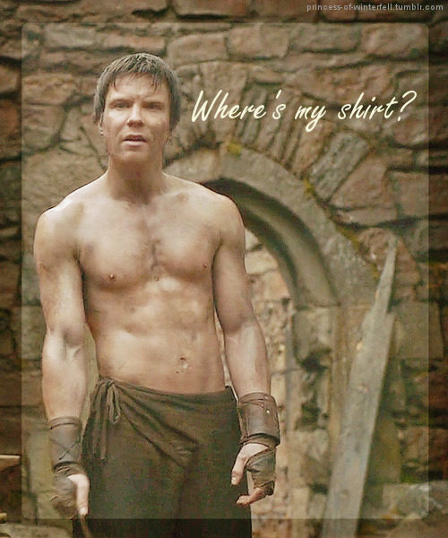 princess-of-winterfell:  The Case of Gendry's Missing Shirt