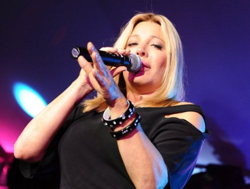 Taylor Dayne alters hit melodies, may have displeased Filipino fans. http://ph.omg.yahoo.com/blogs/omgphnewsblog/taylor-dayne-alters-hit-melodies-may-displeased-filipino-065714586.html