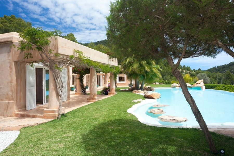 Classic 5 bedroom villa located in Es Cubells in Ibiza, really fantastic location and beautifully designed internally. Uninterrupted sea views come with the property and are included in the price.