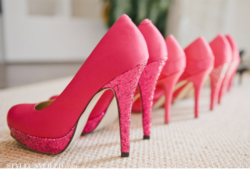 thebridalcircle:  I love me some sparkly shoes!  (via Style Unveiled)