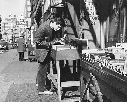 jewahl:  Anthony Perkins browsing a bookstall on Fourth Avenue, NYC, 1958.