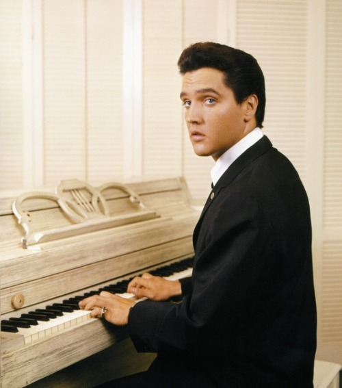 thewonderofelvis:  The cover of Elvis Presley's first full-length gospel album, 'His Hand In Mine' (RCA photoshoot, August 1960). Photo by Don Cravens.