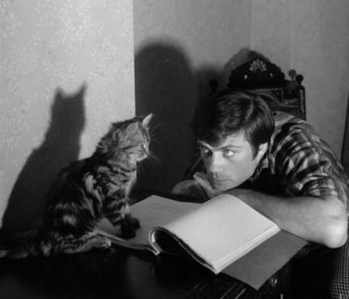 awesomepeoplereading:  Oliver Reed and his feline companion read.   I will read with my cat, too.