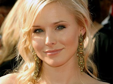 Did you know that Kristen Bell is the voice behind Gossip Girl =)