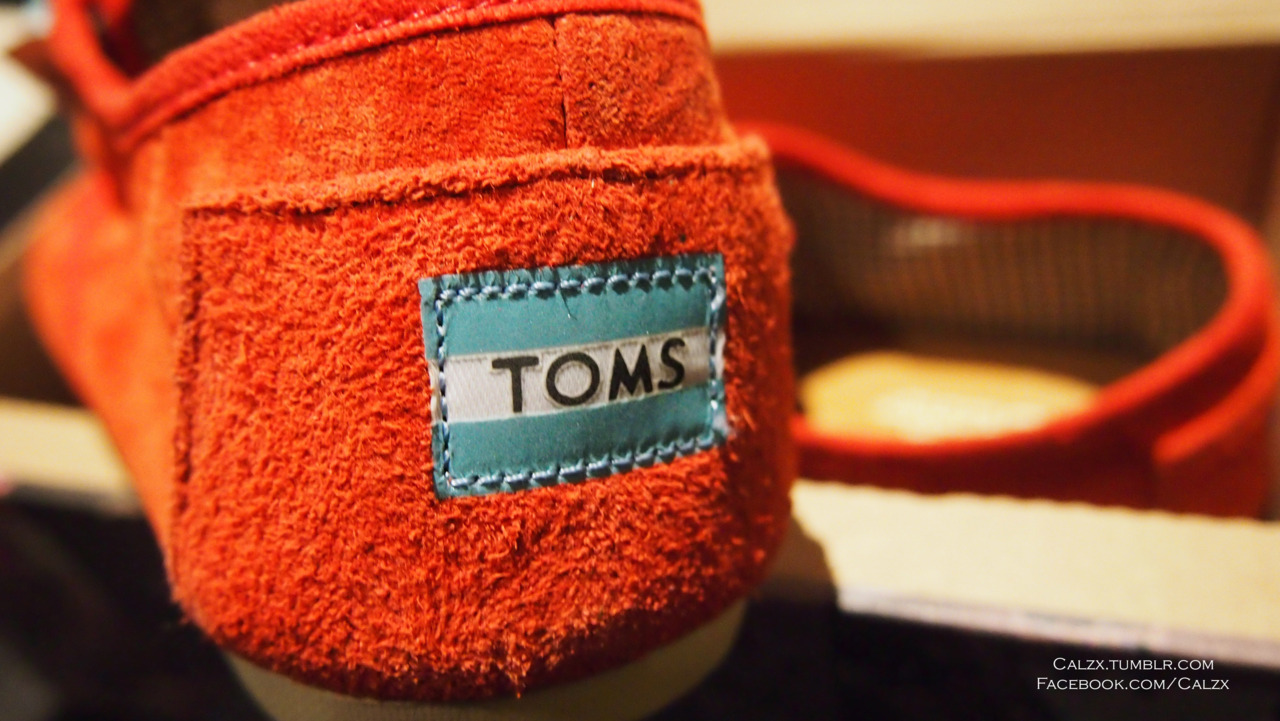- Toms - Cordones in red suede amazingly affordable yet stylish shoes, spread the love of Toms!