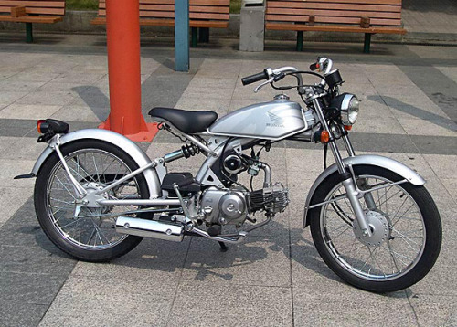 ^ Pretty cool little custom eh? WRONG! It's a stock Honda Solo 50cc made for the Japanese market only. [Shakes fist at Honda Australia] Here is a mild custom of a Solo. Make the jump for the story  Like us on FB