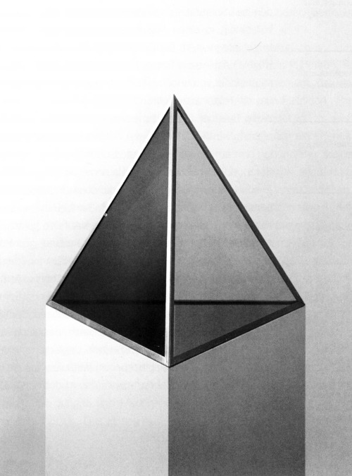Dan Graham, Pyramid, 1988