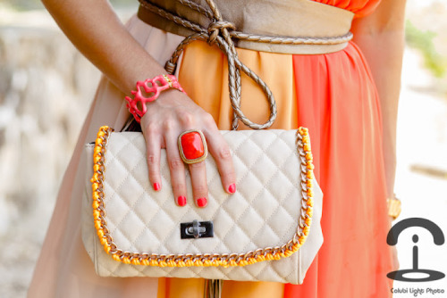 DIY Neon Chain Handbag Tutorial. Really easy tutorial from Crimenes de la Moda here. *First seen at Chic Steals here - I've mentioned how much I like her weekly roundup of DIY fashion links in the past (happy to see Trash to Couture and some other things on the list).