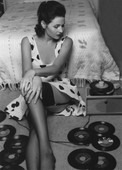 mobetterbluuues2:  retrogirly:  Records Lover  (via imgTumble)