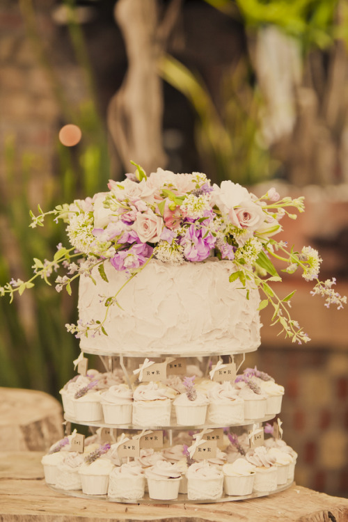 I really like this mix of cake and cupcakes. It still gives the bride and groom something to cut into at the cake cutting, and is easy to hand out to all the guests. And let's be honest, it looks adorable as well!
