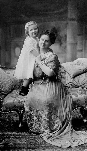 Princess Juliana with her mother, Queen Wilhelmina, c. 1914