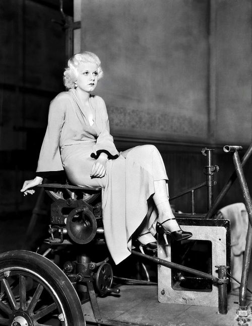 awesomepeopleinmovies:  Jean Harlow on the set of The Beast of the City, 1932