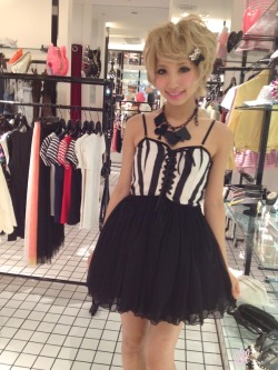 chouzuru:  one spo shop staff (from Eki's blog) Love that necklace^^  One spo <3