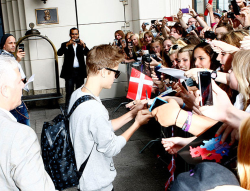 bieber-news:  Justin with fans leaving his hotel in Berlin