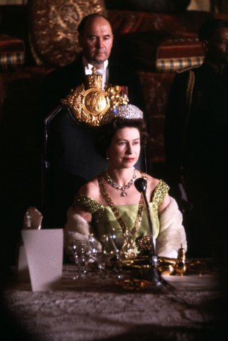(via vintage everyday: Queen Elizabeth II - Rare Photos of England's Monarch)
