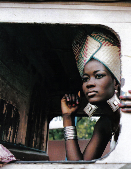 Oumou Sy Oumou Sy from Senegal is one of the outstanding personalities in the world of African fashion. She taught herself the various techniques of dyeing, weaving and embroidery and combines traditional African patterns, textiles and designs with Western elements and motifs to produce innovative, often incredibly elegant or amusingly ironic creations. As her inspiration she cites Senegalese folklore and fairytales.