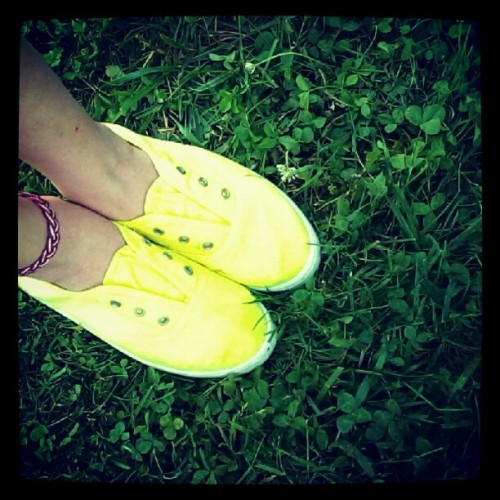 Love these shoes #fashion #shoes #love #lovethem #pretty #neon #yellow #legs #ankles #anklet #green #grass #nature #me #girl #style #summer  (Taken with Instagram)