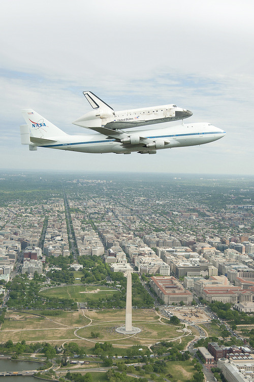 opcion:   Space Shuttle Discovery DC Fly-Over (201204170006HQ) (by nasa)