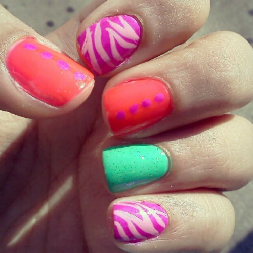 #fingertipfriday #manicure #nails #nailart #zebra #bright #dots #chinaglaze #trend  (Taken with Instagram)