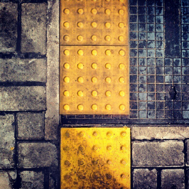 #tile #pattern #yellow #concrete #steel #floor #sidewalk (Publicado com o Instagram)