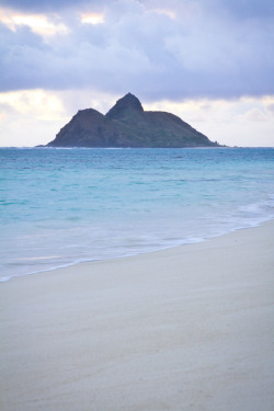uoa:  Sunrise at Lanikai Beach - Oahu, Hawaii (by banzainetsurfer)