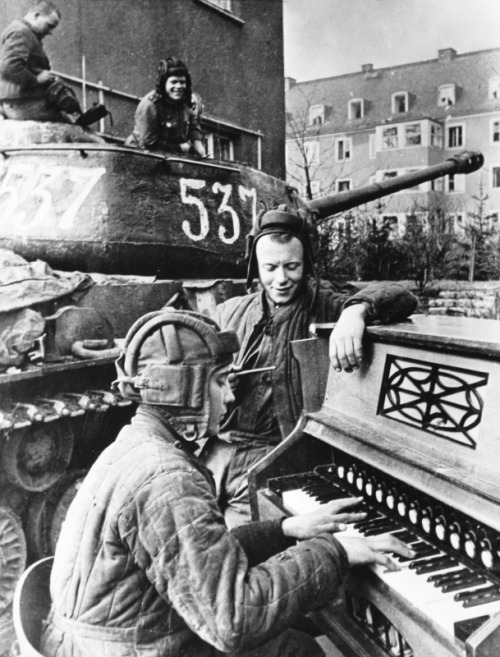 itsjohnsen:  Red Army soldiers take a break on the 1st Ukranian Front, 1945. Anatoly Yegorov