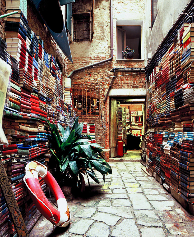 [A bookshop in Venice] (by uηderaglassbell)